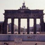Porta di Brandeburgo dietro il Muro di Berlino